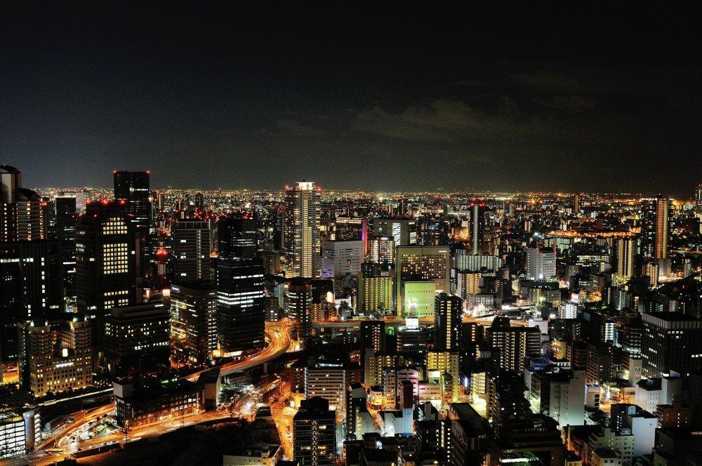 40층 우메나 스카이 빌딩의 루프탑에는 360도 파노라마 뷰를 감상할 수 있는 전망대가 있습니다.