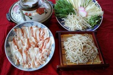 『そば処久伊豆』名物鍋で味わう蕎麦・うどん