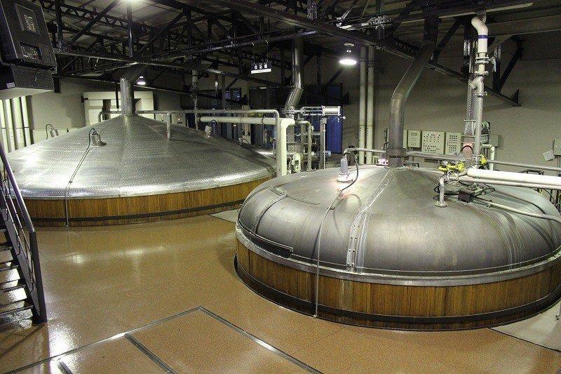 原料仕込み。麦芽と山崎の名水で発酵され麦汁ができる