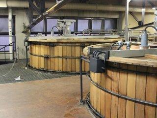 発酵桶。発酵初期には酵母が麦汁中の栄養分を取り込んでアルコール(7%)を作り出す。発酵後期には酵母発酵がさらに進み複雑で重厚な香味成分が創出される。木桶由来の乳酸菌がさらにそれに独特の香味成分を加える