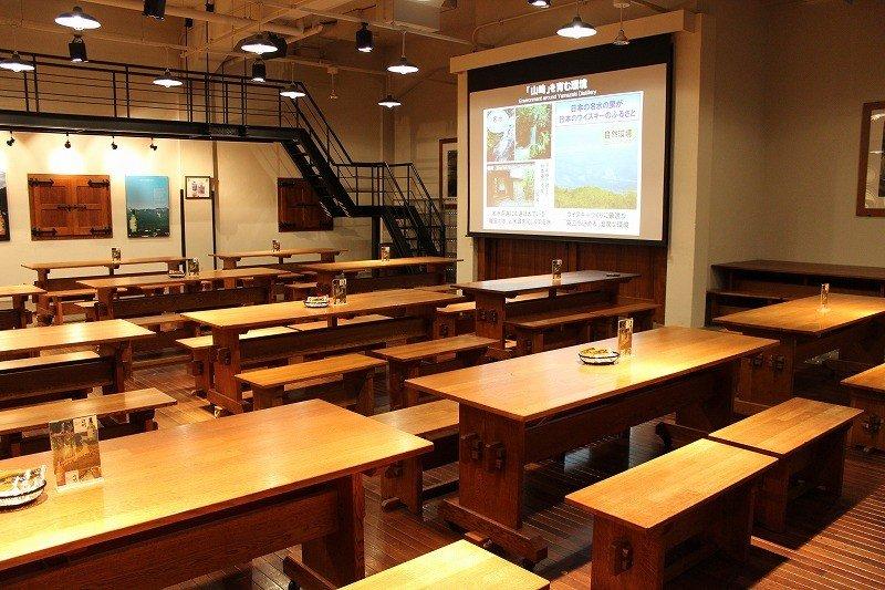 前編の工場見学につづいて、後半はテイスティングタイムである。この試飲室はウィスキーにまつわる各種セミナーも開かれている