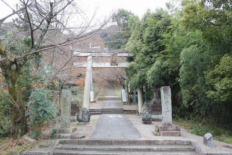寺は山の上にあり、そのはるか下にこの一の鳥居がある