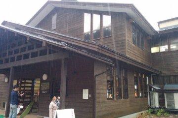 <p>ภายในอาคารนี้จะมีบ่อออนเซ็นในร่ม ร้านอาหาร และร้านค้า</p>