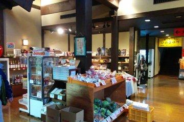 <p>คุณสามารถหาซื้อผลิตภัณฑ์ท้องถิ่นของเมืองอะสะฮิได้ที่ร้านเล็กๆแห่งนี้</p>