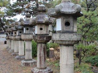 石灯籠の列