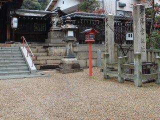 「河陽宮故址碑」。かつてこの地が嵯峨天皇の離宮である「河陽宮」跡地に創建された神社であったので、離宮八幡宮の名がついた