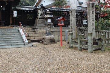 '카요구코지비'는 이 땅이 사가 천황의 리큐 '카야노미야' 터에 창건된 신사이므로 리큐하치만구의 이름이 붙었다