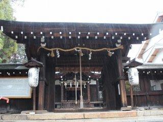 中門。四脚門惣門とも呼ばれる。あいにくの雨降りだったが初冬の雨のそぼ降るなかの参詣も趣がある