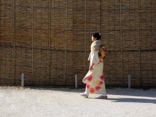Muitas mulheres de Quioto vestem quimono no Ano Novo, talvez porque podem andar de metro grátis se o vestirem!