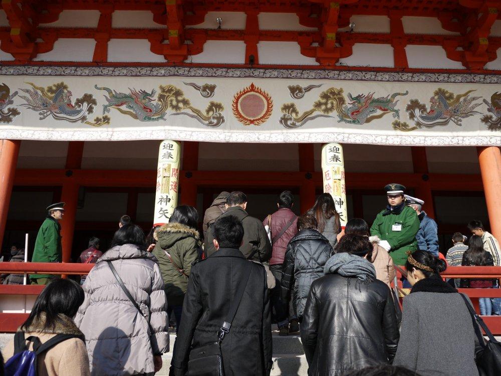 À espera nos degraus do santuário para rezar