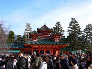 O Santuário Heian Jingu tem uma arquitetura impressionante