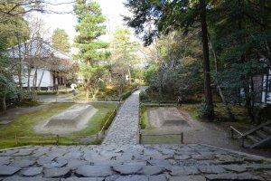法然院 砂壇の間を通ることは、心身を清めて浄域に入る