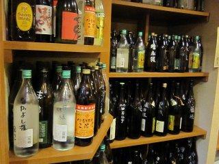 常連客がいかに多いかを物語るキープボトルの多さ