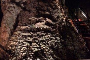 Местами есть табличи с разъяснениями о сталактитовых пещерах. Это натек флоустон.