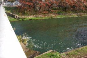 伏見疏水 墨染インクラインは、大津市と京都蹴上(けあげ)を結ぶ第一疏水開通に続いて、明治28年(1895)に完成。昭和17年以降は使われなくなり、同34年、国道24号線改築のために廃止されました。水路の高低差15メートル、長さ30メートル弱。淀川・宇治川・琵琶湖を周航する船は、落差のある場所をインクラインに引き上げられて相互に運ばれました。