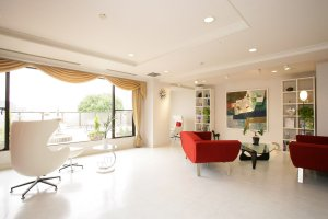 The clinic has a clean & contemporary atmosphere with luxury, tasteful decor and neutral tones
