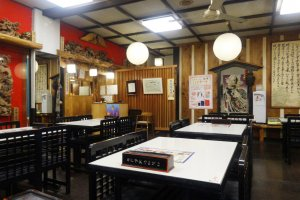 Nhà hàng có cả bàn ăn thông thường và chiếu tatami, có thể phục vụ nhóm đông người