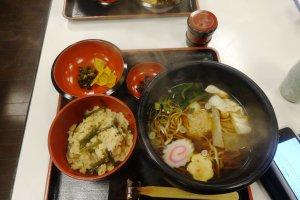 Suất ăn gồm mì soba, váng đậu hay còn gọi là yuba, món đặc sản trong vùng