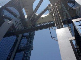 ภาพที่มองจากใต้อาคาร Umeda Sky Building