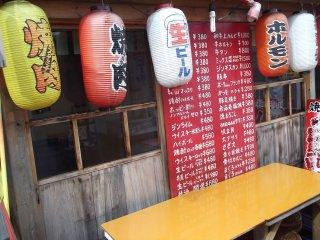 Đồ ăn thức uống ở đây khá rẻ nhưng toàn viết bằng tiếng Nhật