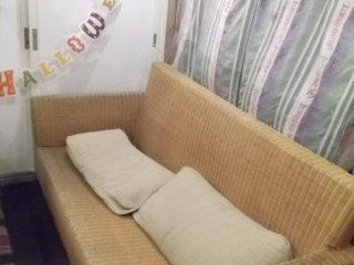 Đôi khi bạn cũng có thể tìm thấy một chiếc ghế dài trông rất thoải mái bên trong quán bar này