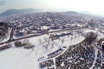 눈오는 니시야마 공원 위로 솟다
