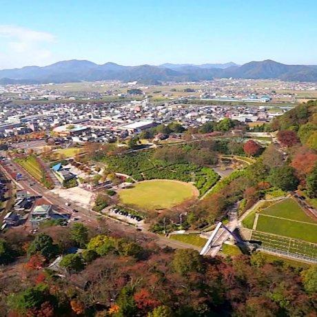 福井、秋の西山公園上空を飛ぶ