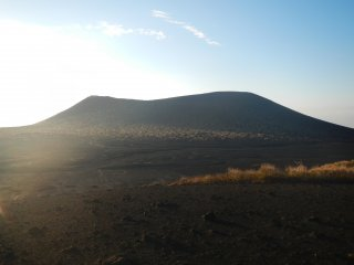 Вулкан Михара виден по другую сторону пустыни
