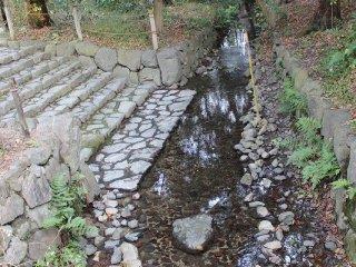 「古(いにしえ)の小川」。平安・鎌倉時代の下鴨神社の様相を伝える「鴨社古図」に描かれている小川である。この小川の上流に「奈良殿神」を祀る無社殿社地のナラノキの林を流れているところから、「奈良の小川」と呼ばれている