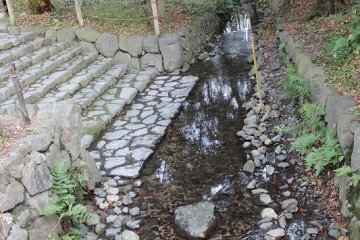 '옛적 개울'. 헤이안 가마쿠라 시대의 시모가모 신사의 양상을 전하는 '카모샤 고도'에 그려진 개울이다. 이 개울의 상류로 '나라전신'을 모시는 무사전 사지인 나라노키의 숲을 흐르고 있는 곳으로부터 '나라의 개울'이라고 불리고 있다