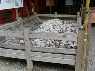 お白石。本宮の垣内に敷き詰められたお白石は、下鴨神社の社領地に住む人々が糺の森に面した鴨川の河原に出向いて白い石を見つけ出し、弐年遷宮が行われるたびに石の取替をしていた。しかし、明治初年の上知令によって神社の境内の大半のみならず、石を拾う河原も上知の対象となって石の採取が不可能となった。ゆえに、その後「石拾い神事」として遷宮毎に垣内の石を一旦持ちだして三年間のお清めを終えた後に垣内に戻すということになったという