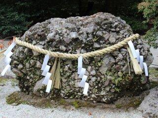 国歌「君が代」に詠われる「さざれ石」。さざれ石とは、「小さな石」の意。火山の噴火によって石灰岩が分離集積して凝固した岩石である。長野県の天然記念物となっている。さざれ石は、年と共に成長し岩となると信じられている神霊の宿る石とされ、信仰の対象となっている