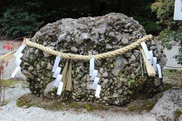 국가 '기미가요'라는 뜻의 '사자레이시'라는 뜻의 '잔돌'이란 뜻이다. 화산의 분화로 인해 석회암이 분리 집적되어 응고한 암석이다. 나가노현의 천연 기념물이 되고 있다. 사자레돌은 나이와 함께 성장하여 바위가 될 것으로 믿고 있는 신령이 깃든 돌로 여겨져 신앙의 대상이 되고 있다.