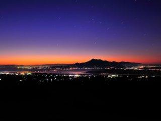 諫早白木峰高原からの眺望。ブルーモーメントをバックに星降る雲仙岳の姿に声も出なかった!