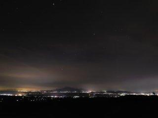 空には満天の星。諫早干潟の周りの灯りは空から落ちて来たように感じる!