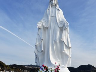 When you come to Nagasaki by ship, the pure-white statue of the Virgin Mary watches over your safe voyage and will welcome you from the left side of the port.