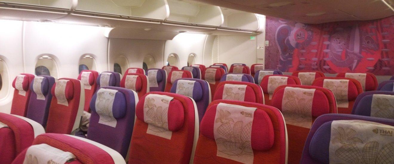 เครื่อง A380 ของการบินไทย ที่ใช้บินระหว่าง กรุงเทพฯ-โตเกียว (นาริตะ) ภายในกว้างขวางโอ่โถง และได้กับการตกแต่งในกลิ่นอายไทยอย่างประณีตงดงามลงตัว ที่นั่งทุกที่นั้นนุ่มแสนสบาย เอนหลังได้อย่างผ่อนคลาย และมีระยะระหว่างแถวที่กว้างขวางสะดวกสบายขึ้นอีกด้วย