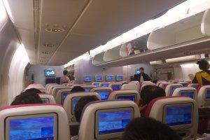 อีกมุมหนึ่งภายในห้องโดยสารชั้นประหยัดของการบินไทยที่บินโดยเครื่อง A380 นอกจากความโอ่โถงสะดวกสบายแล้ว ทุกที่นั่งยังมีหน้าจอทีวีส่วนตัว จอใหม่ ขนาดใหญ่และทันสมัยกว่าเก่า แถมมีโปรแกรมบันเทิงให้ได้เพลิดเพลินอีกเพียบ