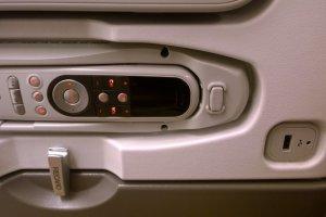 นอกจากรีโมทคอนโทลที่ออกแบบทันสมัยด้วยเทคโนโลยีใหม่จะทำหน้าที่เป็นโทรศัพท์ภายในเครื่องโทรติดต่อกันได้ทุกที่นั่งแล้ว เครื่อง A380 นี้ยังมีช่องเสียบ USB ให้บริการในทุกที่นั่งทุกชั้นโดยสารอีกด้วย ซึ่งเราสามารถโหลดโปรแกรมบันเทิงส่วนตัวมาดู รวมไปถึงชาร์ตแบตเตอร์รี่ของอุปกรณ์ต่างๆ ได้อย่างสะดวกสบายด้วย