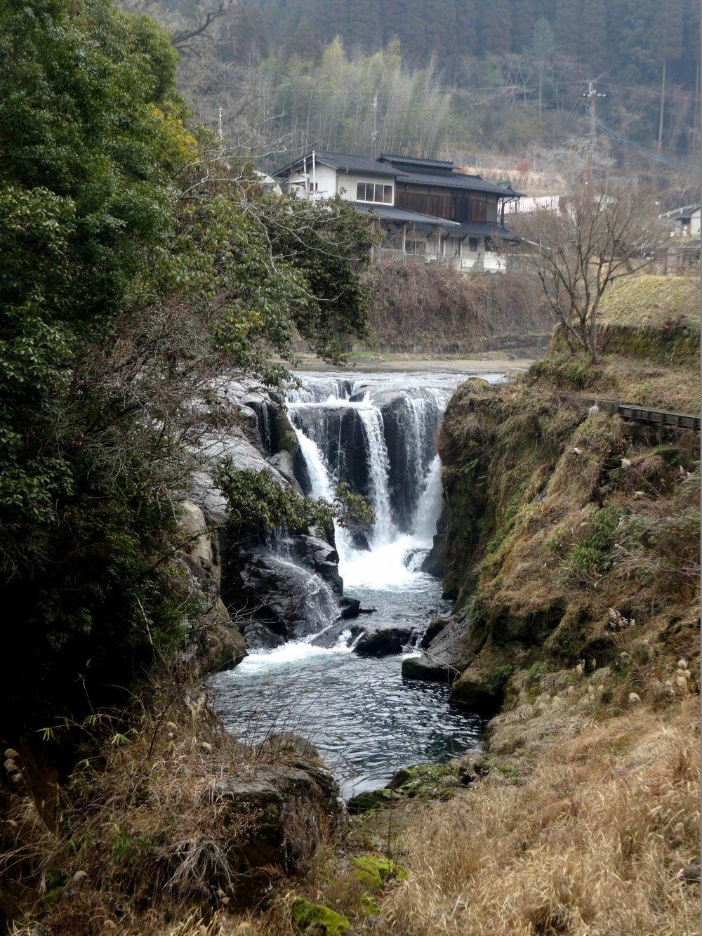 Phần trên cao của thác Shimojo