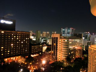 Khung cảnh thành phố Tokyo được chiếu sáng khi nhìn từ ban công của phòng tôi ở khách sạn Illuminated city view of Tokyo seen from the veranda of my room at Grand Prince Hotel New Takanawa