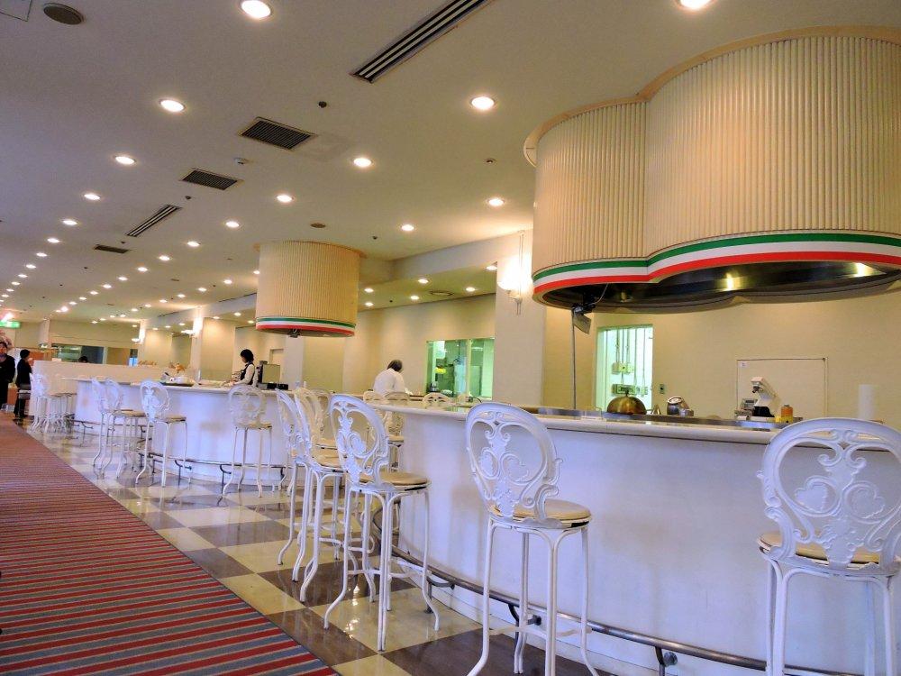 Vista interior do Café Edelweiss noGrand Prince Hotel New Takanawa