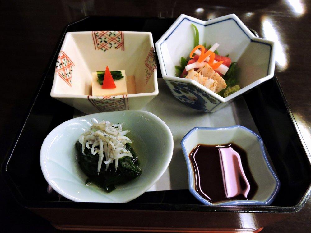 Aperitivos à base de vegetais e tofu