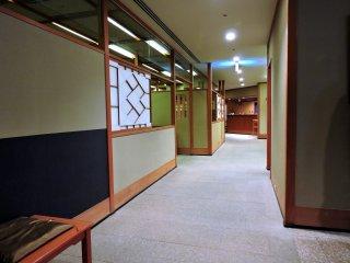 Espaçoso corredor doShichiken-Jaya. Apesar de ser fim de ano, o restaurante não estava lotado.