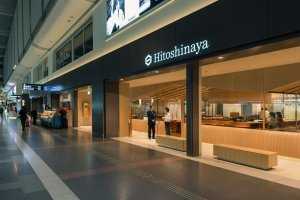 Located in the main hall of Haneda's domestic terminal, Hitoshinaya is conveniently accessed.