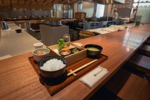 Hitoshinaya offers comfortable, spacious counter seating.