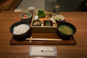 日式早餐菜单上的三文鱼定食,菜式丰富,在一天的任何时间吃都能令你有酒足饭饱之感。