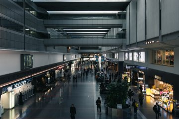 <p>The main hall of Haneda&#39;s domestic terminal is spacious with modern design.</p>