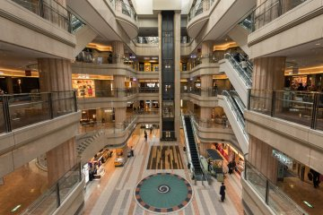<p>It&#39;s hard to believe they were able to fit such a large shopping area into a domestic airport terminal. The first four floors are filled with shops and restaurants, while the top floor offers access to the observation deck.</p>