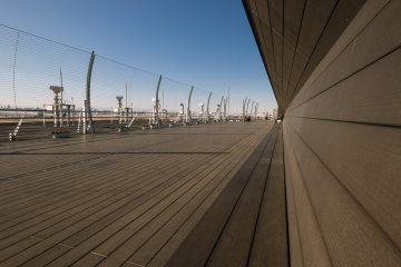 <p>The observation deck at Haneda is one of the nicest I&#39;ve seen, with plenty of space to sit or take photos, and even boasts a restaurant.</p>